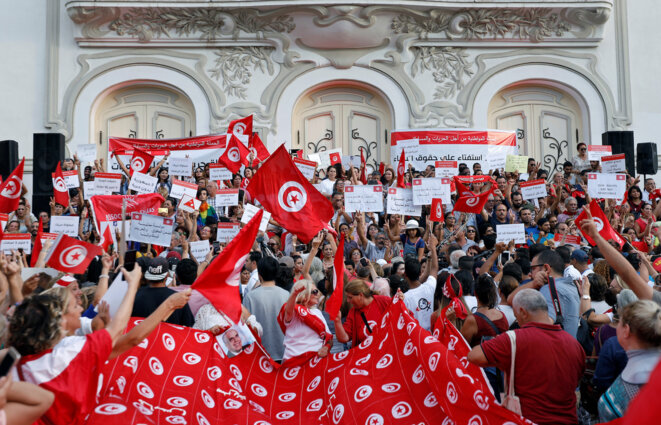 Des manifestants en défense des droits des femmes lundi 13 août à Tunis. © Reuters