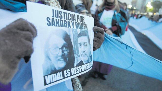 Les 10 août des centaines d'enseignants et d'étudiants ont réalisé une marche silencieuse du Congrès à la Maison de la Province de Buenos Aires pour réclamer justice pour la mort de l'enseignante Sandra Calamano et de son assistant Rubén Rodríguez. © Guadalupe Lombardo