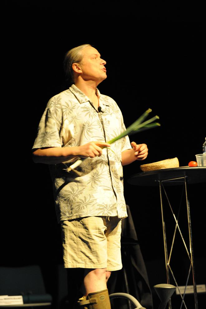 Franck Lepage donnant sa conférence gesticulée © dr