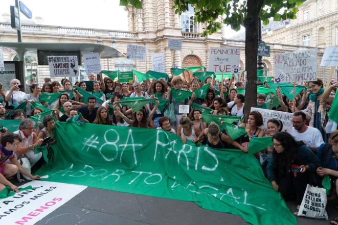 Concentration devant le Sénat francais le 8 août en solidarité des femmes argentines pour le vote de l'IVG © Philippe Enquin