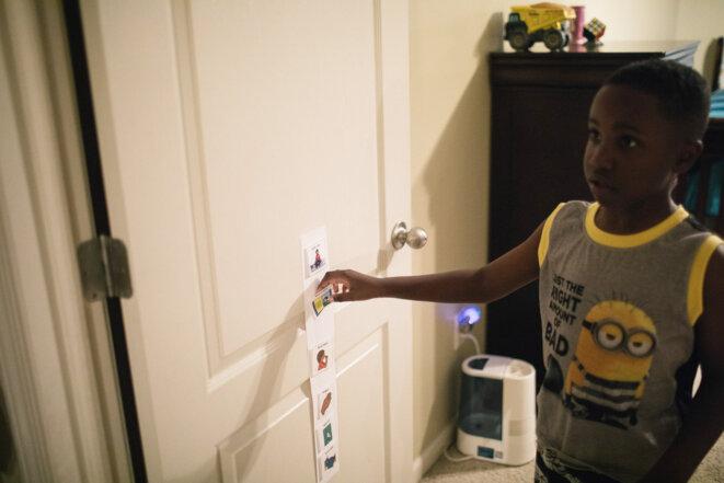 Plan directeur: Un tableau montrant la routine de l'heure du coucher de Jaxon est accroché à la porte de sa chambre. © Spectrum News