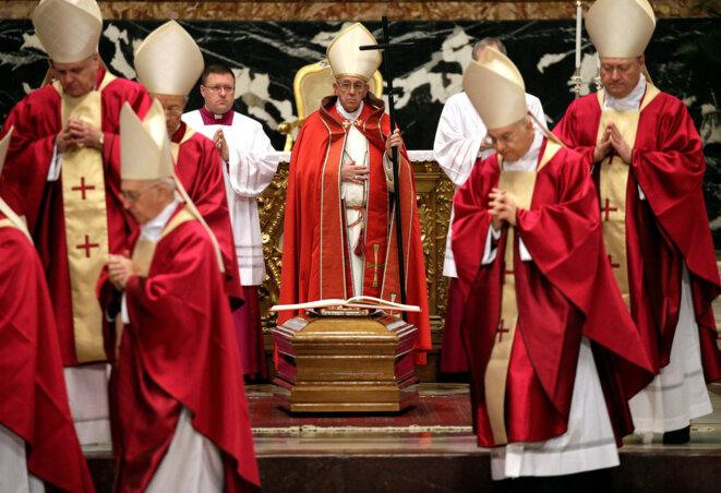 Le pape François lors des obsèques du cardinal Law, au Vatican, le 21 décembre 2017. © Reuters