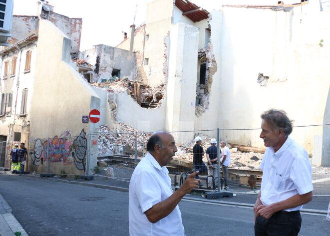 Nick Gimenez et Jean-Bernard Mathon, place du Puig, devant l'îlot dont la construction a été avortée. © FP
