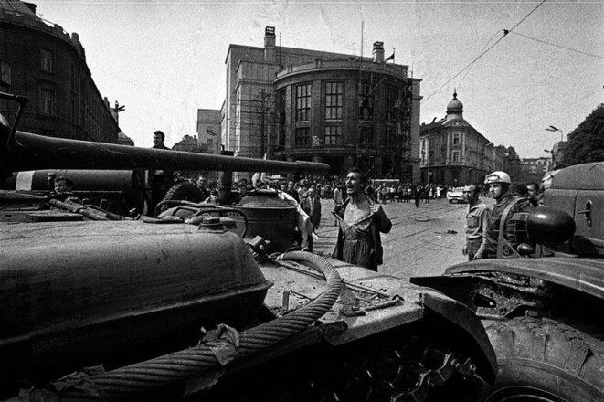 L'homme au torse découvert devant un tank soviétique à Bratislava, le 21 août 1968 © Ladislav Bielik