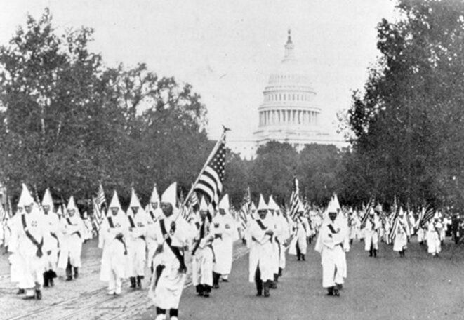 Une manifestation du KKK sur Pennsylvania Avenue, à Washington en 1927. © Archives du FBI