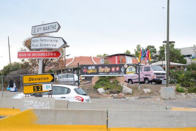 Derrière le rond-point, le McDonald's de Saint-Barthélemy subit depuis 2014 le chantier de la voie de contournement de Marseille. © LF