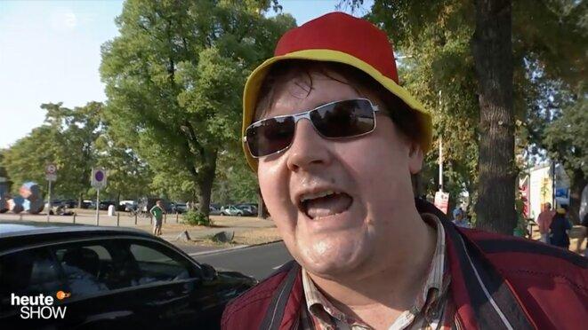 Maik G., qui travaille au sein de la police judiciaire du Land de Saxe, a pris, jeudi 17 août, un jour de congé pour manifester contre la chancelière Angela Merkel. © ZDF