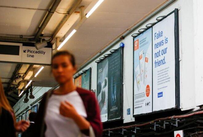 Dans le métro londonien, fin juillet 2018, une campagne publicitaire de Facebook. © Reuters