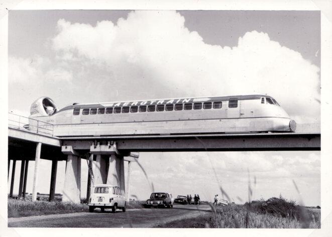 L'aérotrain, précurseur du TGV, sur sa voie expérimentale construite en 1969.