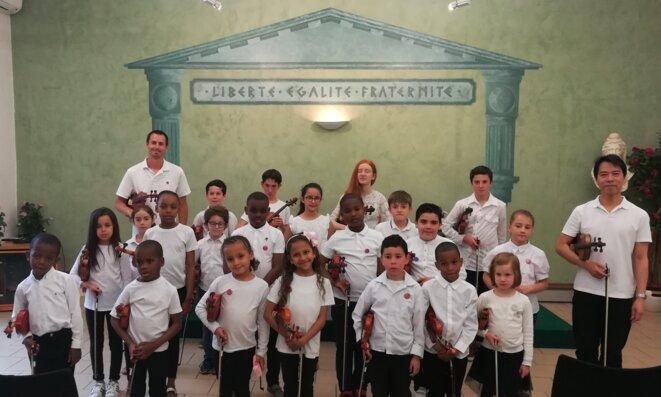 Les Petits Violonistes de l'École Internationale de Musique de Provence et leurs professeurs. © Philippe Léger