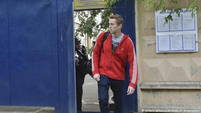 Navalny sort de prison lors de son avant-dernière arrestation. © dw.com