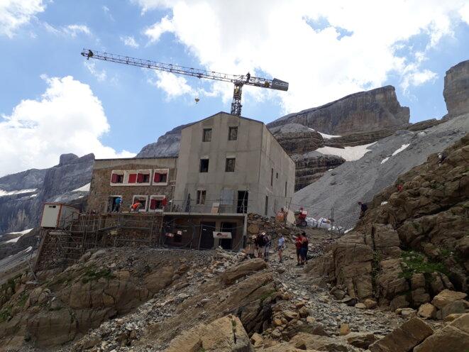 Le refuge des Sarradets (2587m) en pleine réfection et agrandissement © F.S.