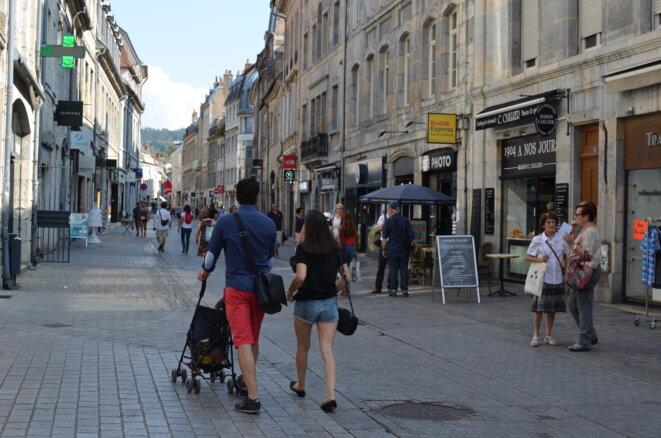 """Rue des Granges, à Besançon, le 21 août 2018. La rue fait partie du périmètre concerné par l'arrêt dit """"anti-mendicité pris par le maire"""" le 3 juillet 2018. © Mediapart / Justine Brabant"""