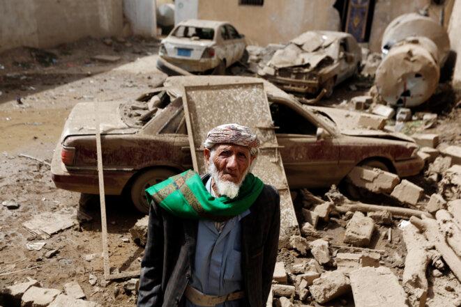Un homme devant les dégâts causés par un bombardement à Amran, Yémen, le 25 juin 2018. © Reuters