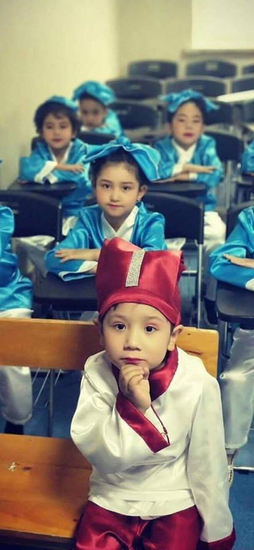 Culture ouïghoure étant criminalisée, les enfants ouïghours sont déguisés en chinois traditionnels. © Wechat