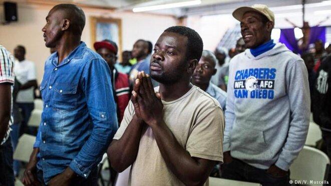 Exilés haïtiens pendant une messe, dans un centre d'accueil religieux de Tijuana © Valerio Muscella