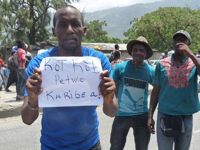 Un manifestant à Port-au-Prince, dimanche 2 septembre. Sur sa pancarte : « Où est passé l'argent de PetroCaribe ? » © DR