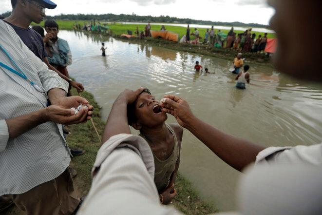 Un réfugié rohingya reçoit un vaccin oral contre le choléra, au Bangladesh, le 17 octobre 2017. © Reuters