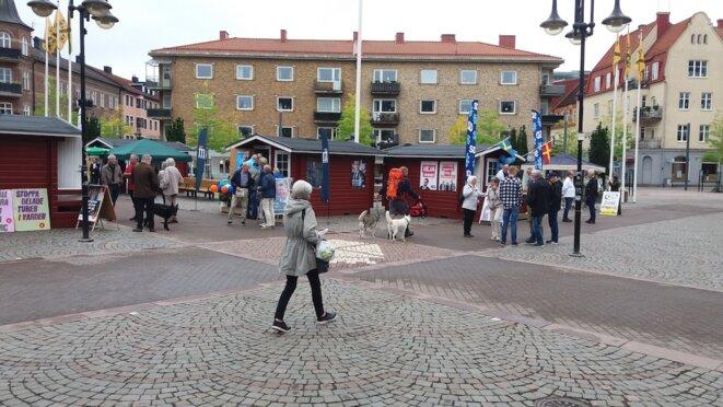 Les petits chalets où les partis suédois ont coutume de faire campagne électorale, dans les villes et les petites communes. © CS/Mediapart