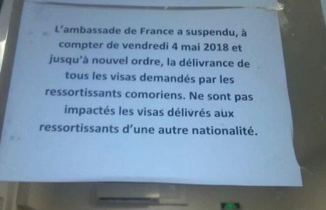 Affichette collée à l'ambassade de France à Moroni en mai 2018, photographie publiée par Le Journal de Mayotte le 31 août 2018. © DR