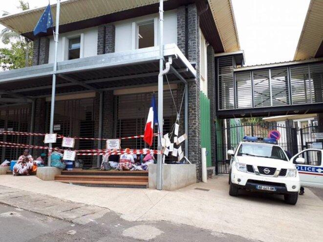 Occupation de l'entrée de la préfecture de Mayotte par le CODIM sans intervention de la police, août 2018. © La Cimade
