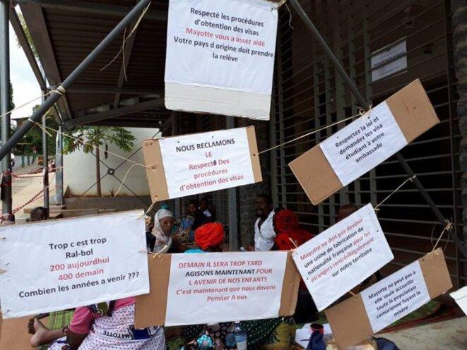 Les revendication du CODIM qui occupe l'entrée de la préfecture de Mayotte, août 2018. © La Cimade