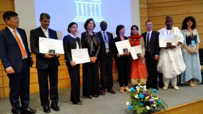 La photo de famille autour de Mme Audrey Azoulay, Directrice générale de l'UNESCO