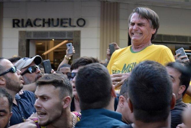 Jair Bolsonaro juste après avoir été poignardé pendant un rassemblement de la campagne présidentielle brésilienne, à Juiz de Fora dans l'état du Minas Gerais, le 6 septembre 2018. © REUTERS/Raysa Campos Leite
