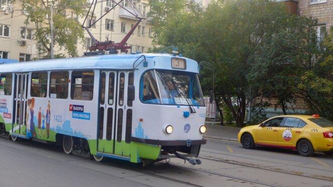 Tramway décoré pour appeler à voter aux élection du maire de Moscou. © CB