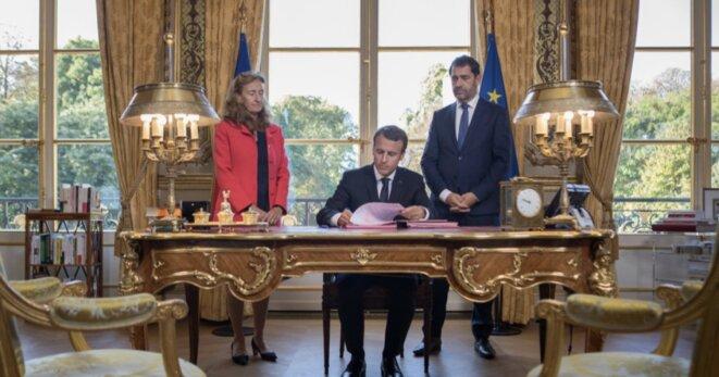 Emmanuel Macron signe la loi de moralisation de la vie politique