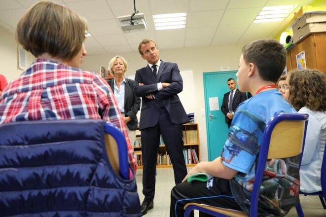 Emmanuel Macron et Sophie Cluzel en visite dans un collège de Laval, le 3 septembre. © Reuters