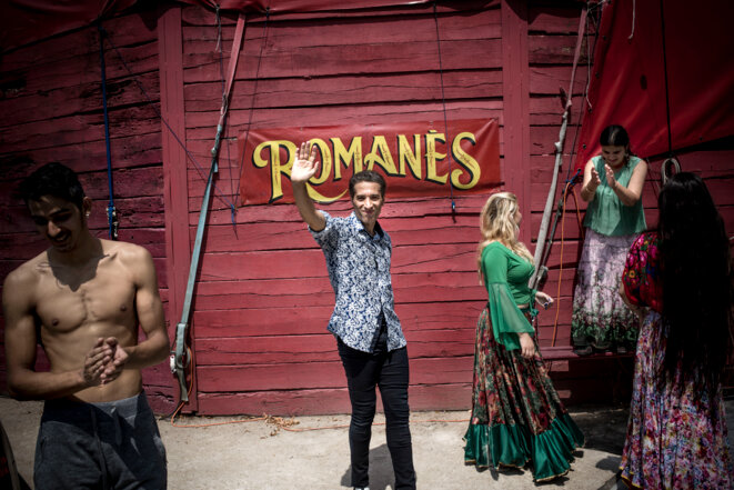 Israël Galvàn devant le cirque Romanès © MJacob