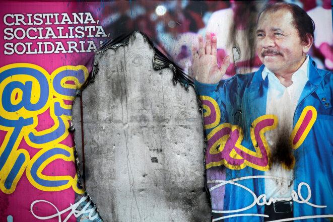 Une affiche d'Ortega vandalisée après une manifestation, le 12 septembre 2018. © Reuters