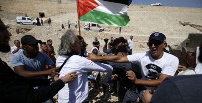 Arrestation israélienne de Frank Romano professeur de droit pour avoir manifesté contre la destruction du village bédouin Khan El Ahmar, haaretz.com © E'M.C. Palestine
