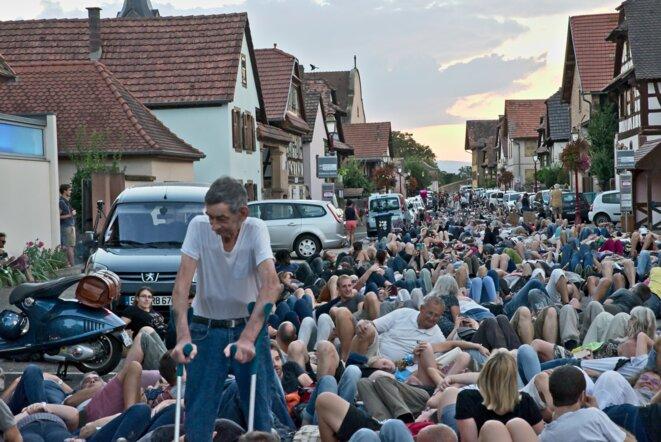 «Die in » mercredi soir dans les rues de Kolbsheim. © Christoph de Barry / Hans Lucas