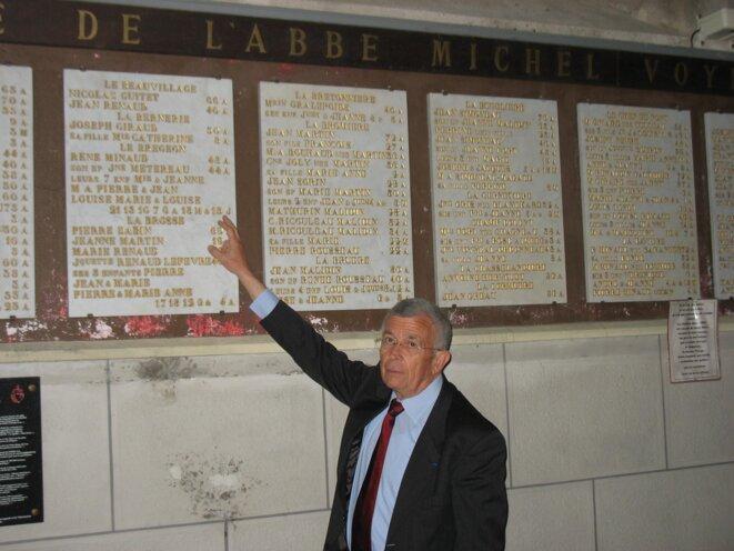 Alain Gérard devant le martyrologue des Lucs-sur-Boulogne (Vendée). © Dr-reproduction interdite