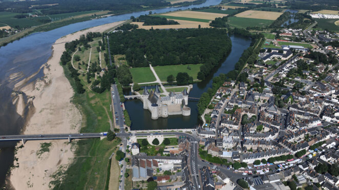 chateau-sully-helico-lointain