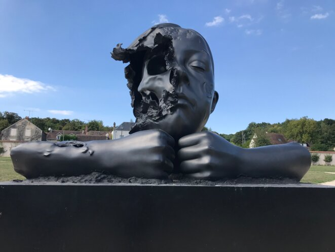 Cette sculpture en bronze de Philippe Pasqua, intitulée Face Off, est installée dans le superbe parc de Chamarande en Essonne.  (Photo JNC)