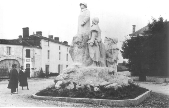 Clemenceau devant son monument à Sainte-Hermine (Vendée). © Archives Claude Bujeaud, photo Jean Tournassoud. Reproduction interdite.