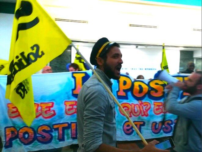 Des postiers en grève envahissent le siège de CNP Assurances, le 12 septembre. © D.I.
