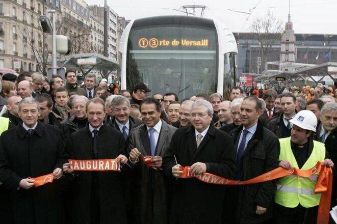 Léon Bertrand, alors ministre du tourisme, inaugure le tramway de Paris en 2006. © Reuters