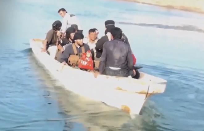 Des djihadistes, à l'époque du califat, se déplaçant en bateau. © DR