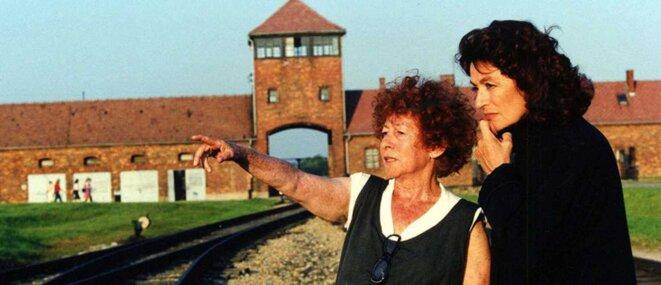 """Marceline Loridan-Ivens (avec Anouk Aimée, sur le tournage de """"La petite prairie aux boulots"""" en 2003. © Marceline Loridan-Ivens"""
