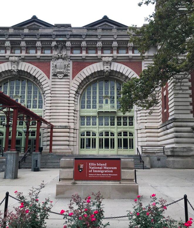 Entrée du Musée national de l'immigration d'Ellis Island, sur la baie de New York [Photo YF]