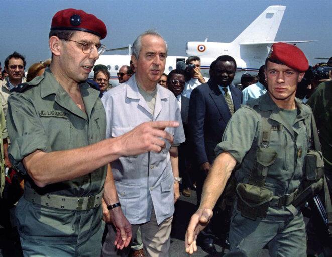 Le général Lafourcade (à g.), commandant de la force Turquoise au Rwanda, avec le premier ministre Édouard Balladur, le 21 juillet 1994, à Goma. © Reuters