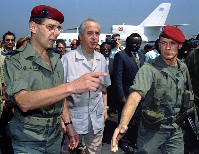 General Jean-Claude Lafourcade, leaft, head of Opération Turquoise forces in Rwanda, with prime minister Édouard Balladur, July 21st, 1994, at Goma. © Reuters