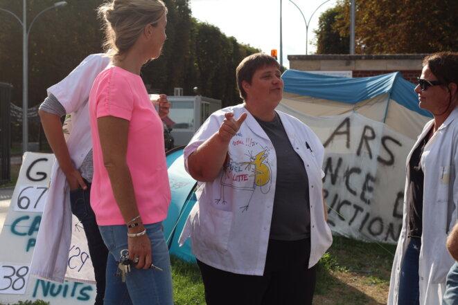 Chrystèle Leclercq, fin août, sur le campement devant l'hôpital psychiatrique Philippe-Pinel, à Amiens. © Mathilde Goanec
