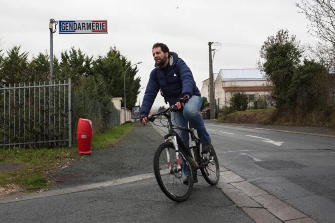 Kamel Daoudi se rend à l'un de ses 3 pointages quotidiens à la gendarmerie de Saint-Jean-d'Angély © Joe Penney