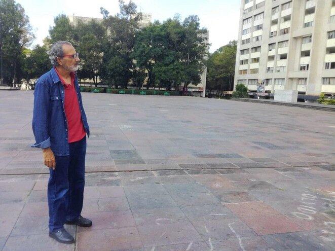Enrique Espinoza, plaza de las Tres Culturas, en México. © Diego Calmard