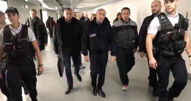 Capture d'écran d'une vidéo publiée sur le compte Twitter de Gérard Collomb lors d'une visite au commissariat de Juvisy-sur-Orge. © DR